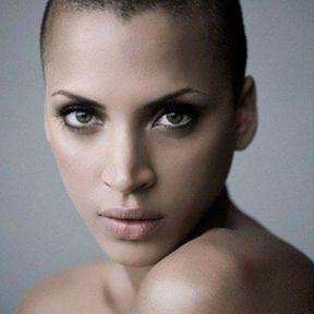 Noémie Lenoir, cheveux rasés