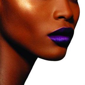 Une bouche violette