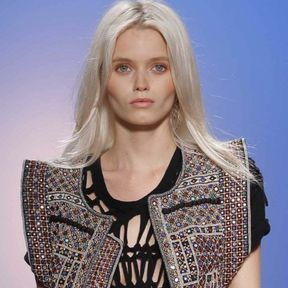 Blond blanc platine Abbey Lee