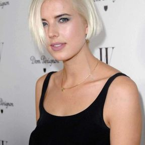 Coloration blond platine Agyness Deyn