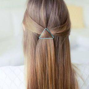 Coiffure avec bobby pins sur cheveux longs