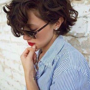 Carré court cheveux bouclés