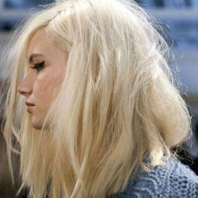 Carré plongeant long sur cheveux blonds