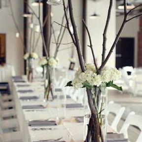 Centre de table de mariage avec des branches d'arbre et des bougies