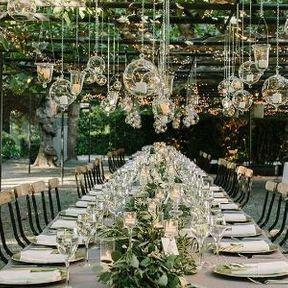 Centre de table de mariage avec verdure et bougies