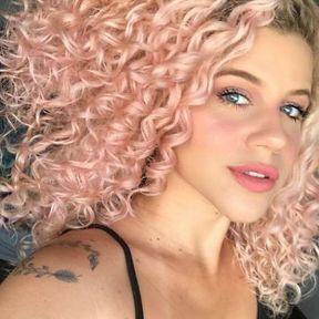 Cheveux bouclés pink gold