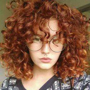 Cheveux bouclés roux