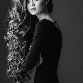 Coiffure cheveux bouclés longs