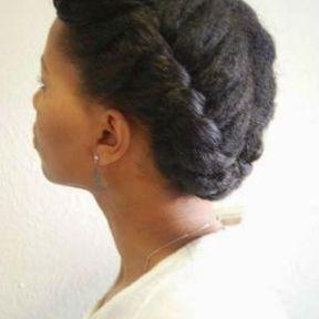 Coiffure pour cheveux crépus avec une tresse en couronne