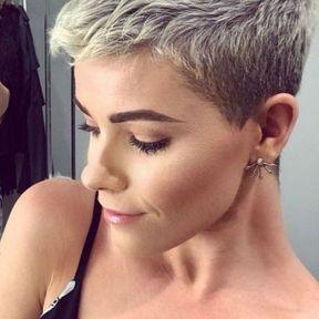 Cheveux courts gris