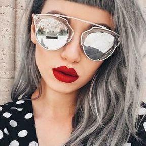 Cheveux gris avec frange courte