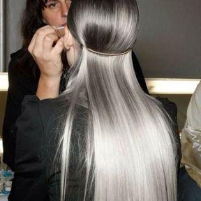 Cheveux gris avec un accessoire