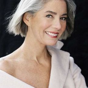 Cheveux gris avec un carré court