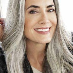 Cheveux gris et longs avec une raie