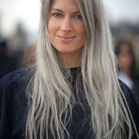 Cheveux gris longs et dégradés