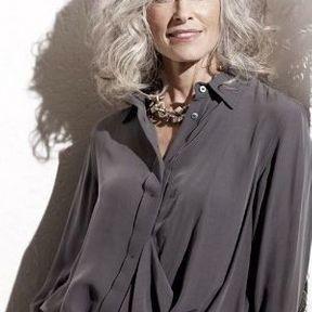 Cheveux gris mi-longs wavy