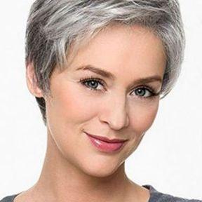 Cheveux gris très courts