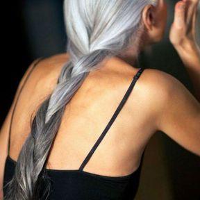 Cheveux gris avec une tresse allongée