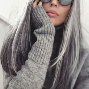Cheveux lisses gris