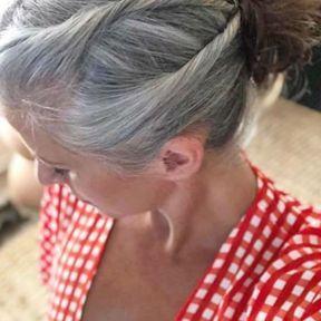 Chignon sur cheveux longs et gris