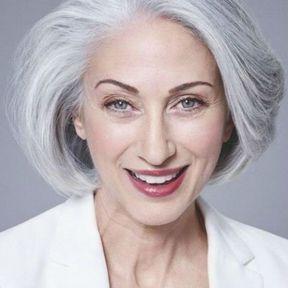 Coiffure femme coupe courte cheveux gris