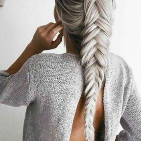 Longue tresse cheveux gris