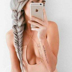 La tresse sur cheveux longs gris
