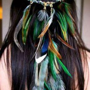Coiffure bohème à plumes