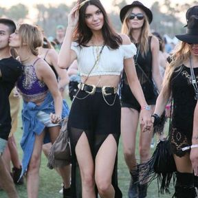 Le headband doré de Kendall Jenner