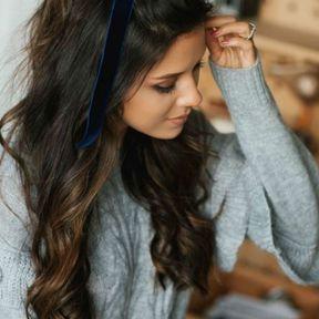 Cheveux longs avec nœud en velours
