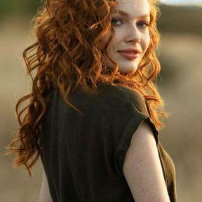 Cheveux bouclés et roux