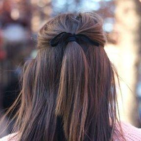 Cheveux mi-longs avec un ruban
