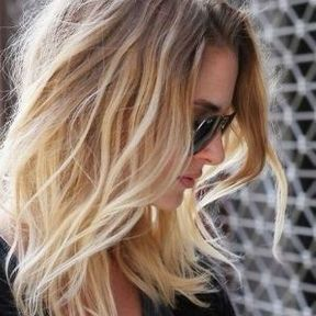 Cheveux mi-longs blonds
