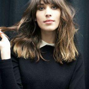 Coupe cheveux mi-longs avec frange