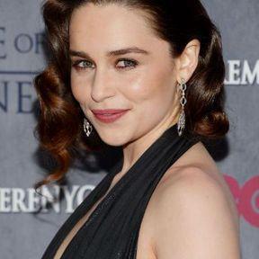 Le carré rétro d'Emilia Clarke