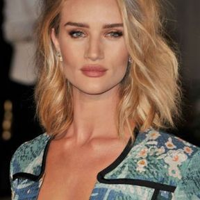 Le carré wavy de Rosie Huntington-Whiteley
