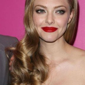 La coiffure one shoulder d'Amanda Seyfried
