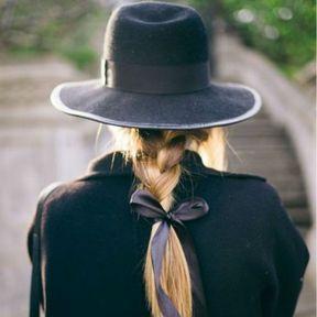 Le chapeau avec une tresse