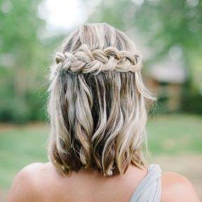 Cheveux détachés avec une tresse