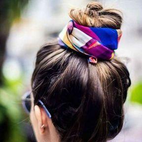 High bun avec un foulard