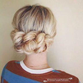 Les cheveux attachés