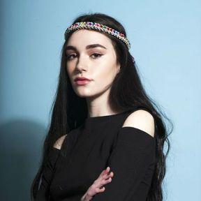 Headband sur des cheveux longs