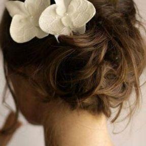 Chignon de mariage avec orchidée