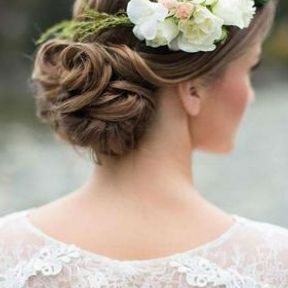 Chignon de mariage bas avec fleurs sur le côté