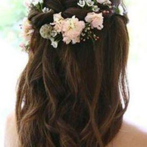 Coiffure de mariage boucles et fleurs