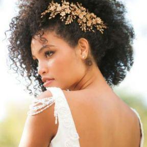 Coiffure de mariage cheveux frisés et bijou