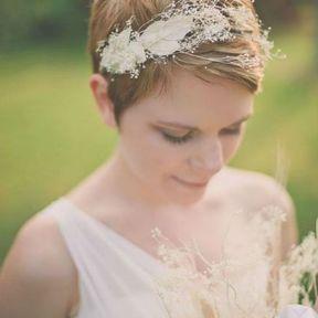 Coiffure de mariage cheveux très courts avec serre-tête fleuri