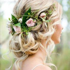 Coiffure de mariage chignon bas et fleurs