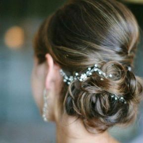 Coiffure de mariage chignon bas ondulés et bijou