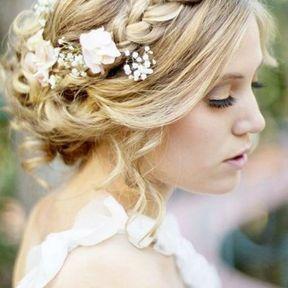 Coiffure de mariage chignon flou avec tresse fleurie